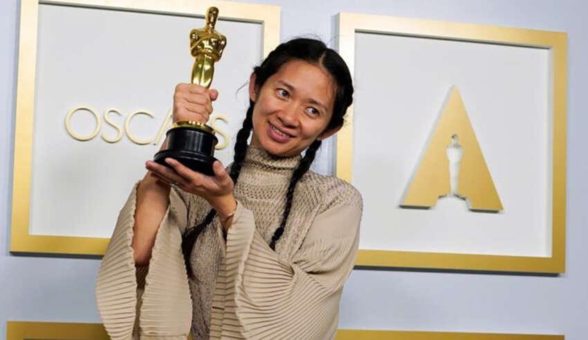 CHloé Zhao con su Oscar a mejor dirección | REUTERS